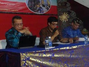 Narasumber 1, Moderator, dan narasumber 2 berturut-turut dari kiri ke kanan, Prof. Dr. Ir. I Made Kartika D., Dipl.-Ing, I Gusti Made Arya Suta Wirawan, M.Si, dan Dr. I Ketut Donder